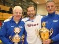 2. Vorsitzender Jörg Reil und Spielausschussleiter Holger Prischmann überreichen Kaptäin Jens Bockelmann den Siegerpokal. Foto@Angela Bockelmann-WAHA