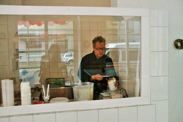 Der Eis Dealer Dieter Kalvelage bei der Herstellung des leckeren Eis Eck- Eis