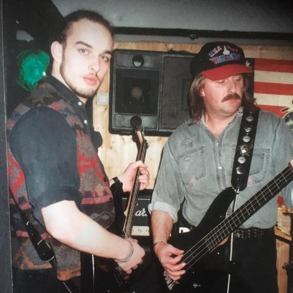 Father and Son: Sohnemann Jan und Papa Michael beim Proben im Partykeller Anfang der 2000.