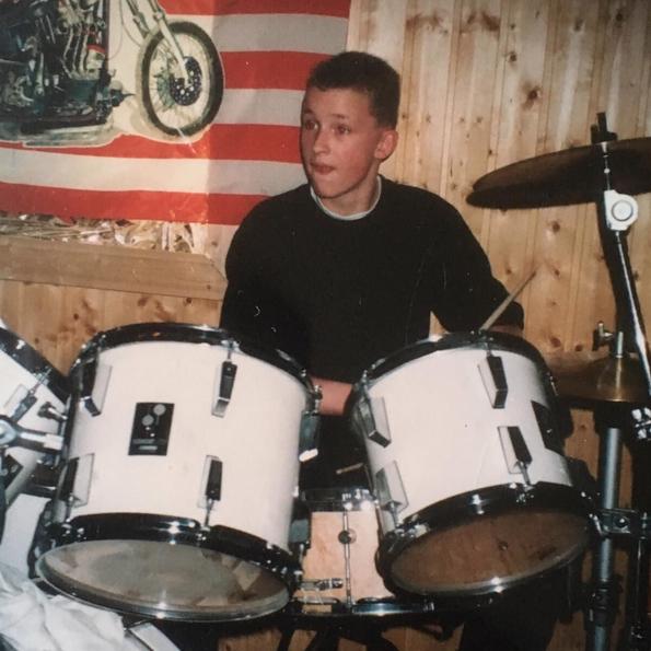 Super süß: Lars am Schlagzeug im Probenraum, dem Partykeller.