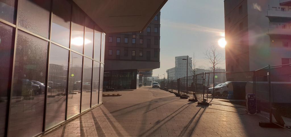 DAZWISCHEN scheint die Sonne. Mams Bistro ist zwar nun in 2ter Reihe, aber hat trotzdem den Sonnenplatz zwischen Studentenwohnheim und Kindergarten.