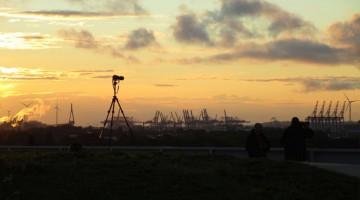 Sonnenuntergang-mit-Kamerastativ-auf-Energieberg-Georgswerder