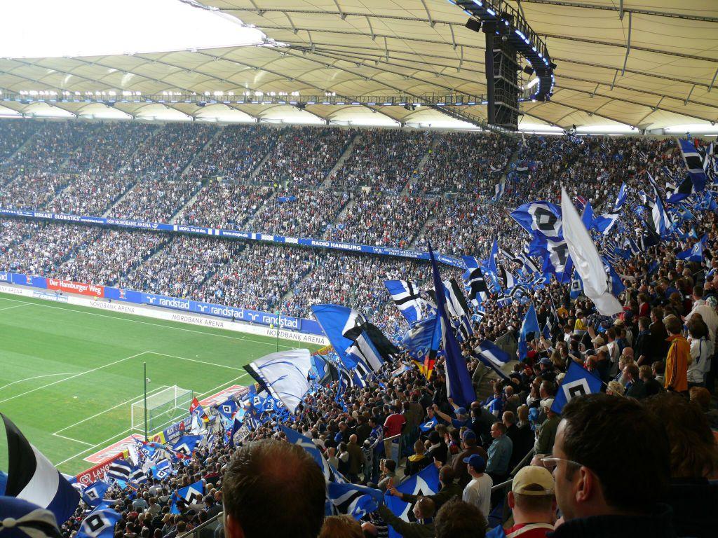 Das vollbesetzte Stadion mit blau-weiss-schwarzem Fahnenmeer immer ein schöner Anblick für die Fans.