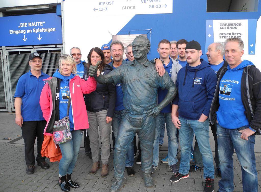 Die Lebensgroße Bronzestatue von Kultmasseur Hermann Rieger am Nord-Ost Eingang des Stadiums ist natülich auch beliebt bei den Insulanern.