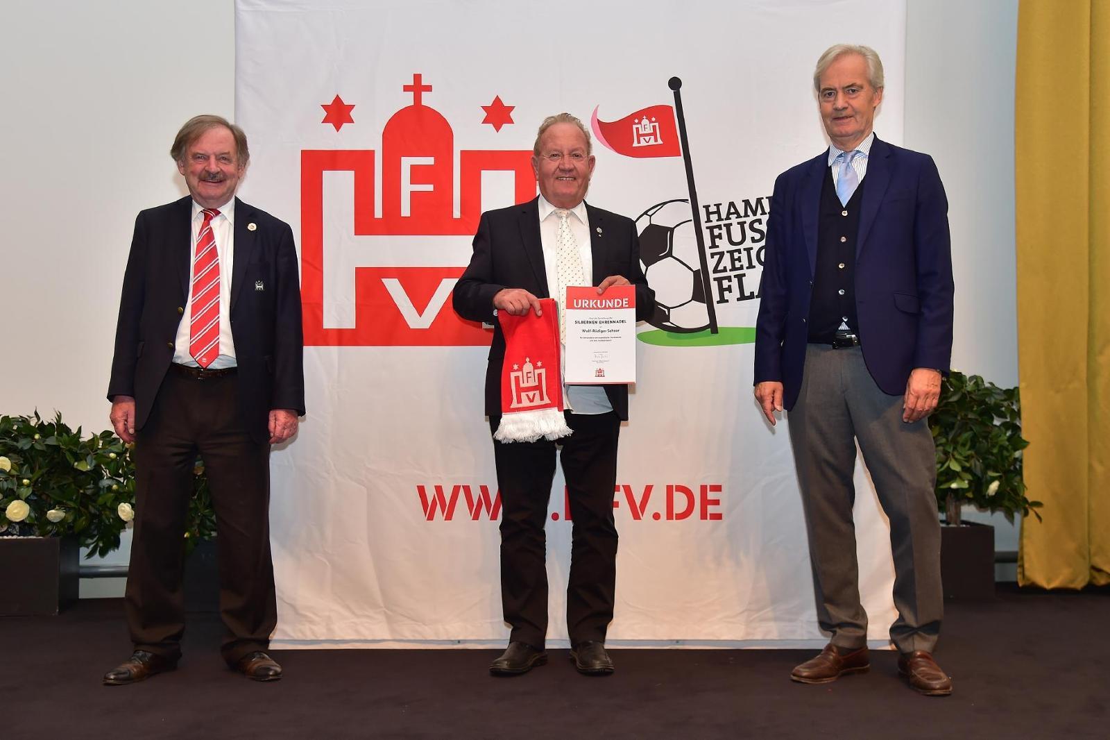 Wolf-Rüdiger Schaar von der Wilhelmsburger Fußball-Altherren-Auswahl erhält die silberne Ehrennadel. Foto: Gettschat
