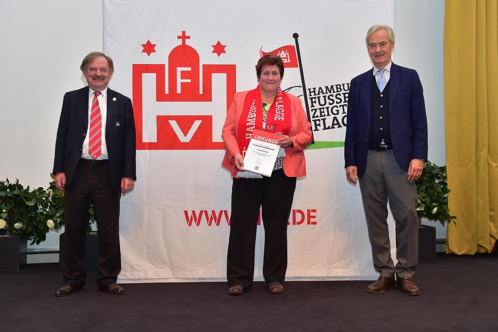 Cordula Radtke engagiert sich für den Frauen- und Mädchenfußball in Wilhelmsburg. Foto: Gettschat